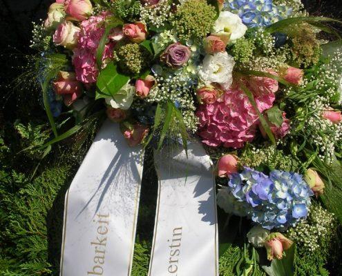 Kranz zur Beerdigung mit Trauerschleife
