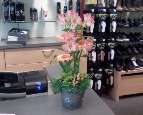 Blumengesteck an Verkaufstheke