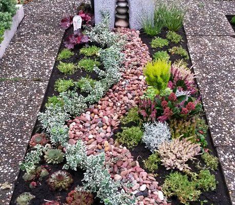 Grabbepflanzung mit Steinen und Mustern