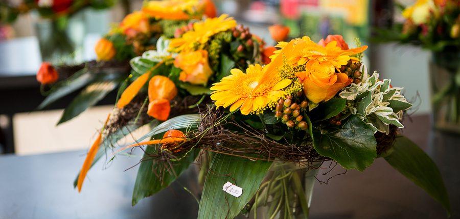 Blumenstrauß mit Gerbera und Rosen in orange
