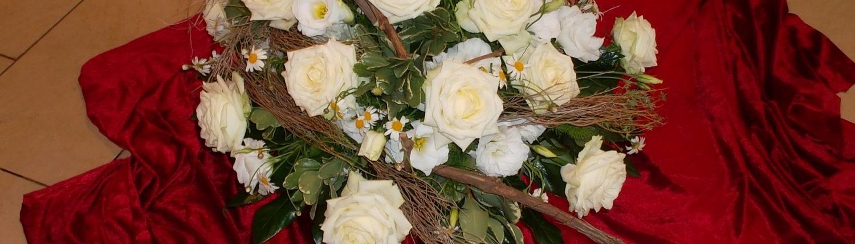 Dekoration der Feierhalle als Bukett in weiß