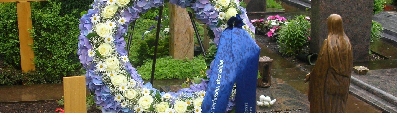 Trauerkranz aus Hortensien, Rosen und Margeriten mit Trauerschleife