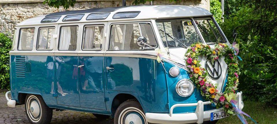 Blumenherz an VW-Bus als Hochzeitsauto
