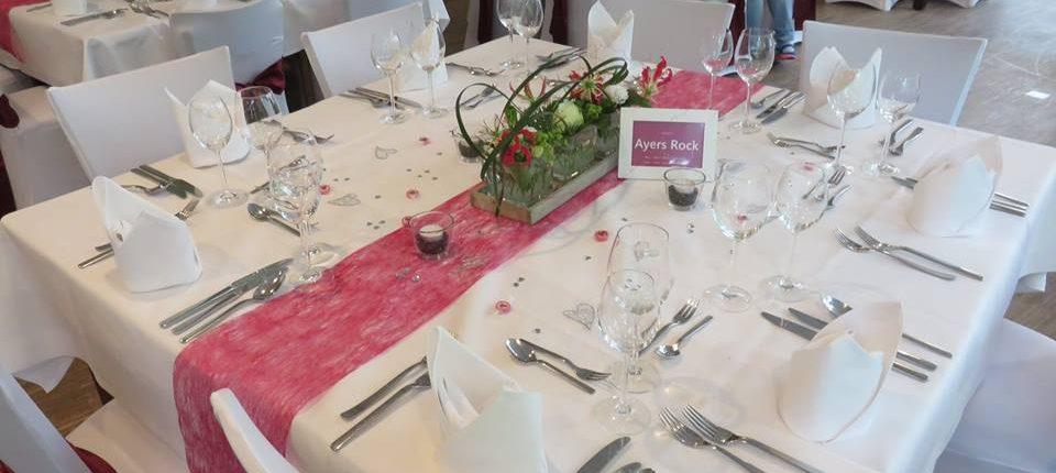 Tischdekoration mit Blumen zur Hochzeit