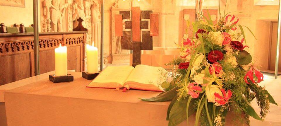Blumenbukett in der Kirche zur Trauung