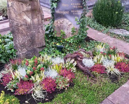 Grab mit Herbstbepflanzung