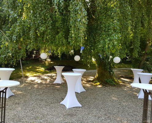 Stilvolle Dekoration bei einer freien Sommerhochzeit von BlumenGarten Marquardt
