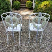 Liebevoll geschmückte Stühle für das Brautpaar einer Sommerhochzeit von BlumenGarten Marquardt
