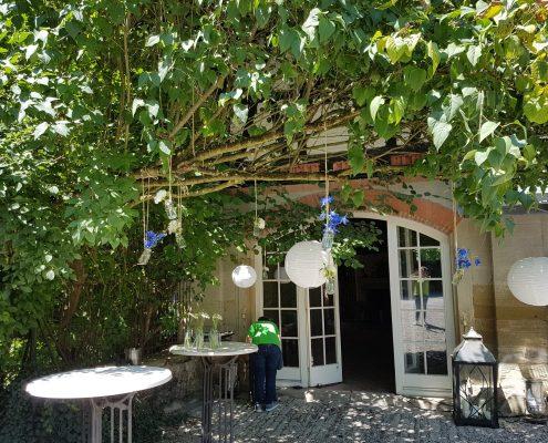 Träumerische Dekoration passend zur Location bei einer Sommerhochzeit von BlumenGarten Marquardt